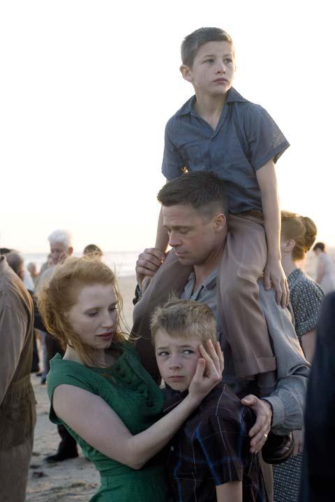 El matrimonio O'Brien (Brad Pitt y Jessica Chastain) con sus hijos.