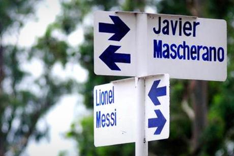 Esquina de Messi y Mascherano, en un pueblo argentino (foto: lagaceta.com.ar)
