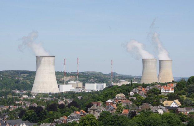 Nuclear power plant of Tihange, Huy, Belgium, por Hullie