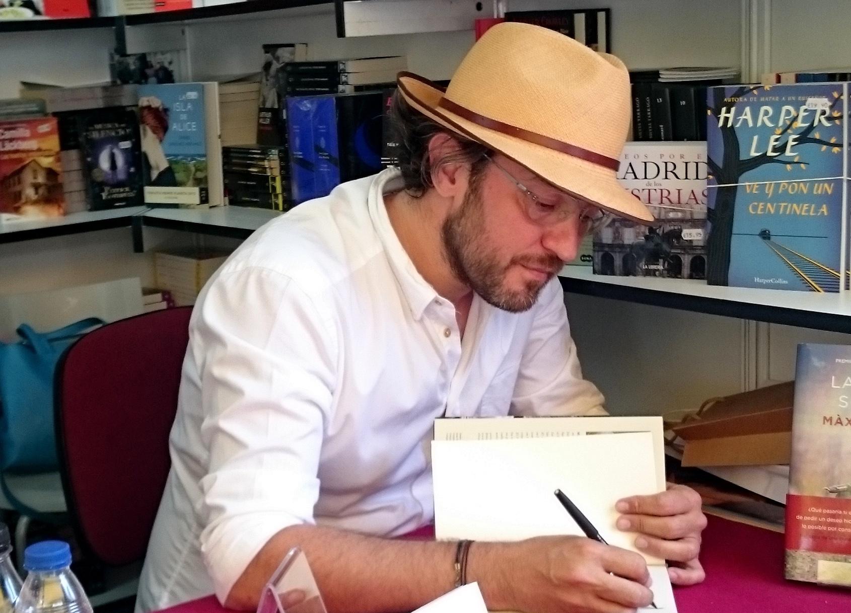 Màxim Huerta firmando en la Feria del Libro de Madrid.